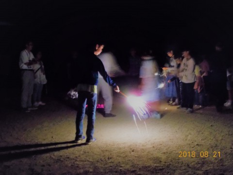 キャンプファイヤーを囲んでの花火